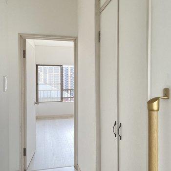 【2階】廊下部分にも収納あり。1階に降りて脱衣所へ