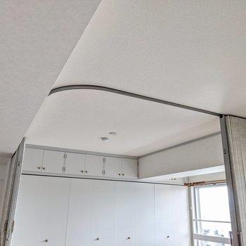 その隣の天井にはカーテンレール。これで空間を仕切ることができるんです。