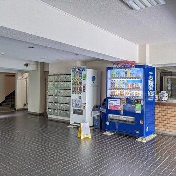 エントランスには自動販売機や管理人さんのお部屋など。