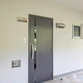 玄関はダブルロック。インターホンはないので宅配便は日時指定を使うのがよさそう。