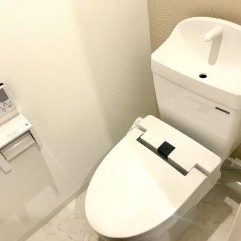 もちろんトイレにはウォシュレット付き(※写真は1階の同間取り別部屋のものです)