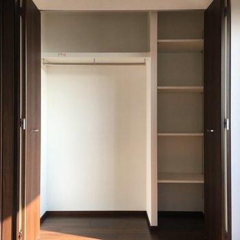 収納は少し小さめ、、だけど横の棚は使いやすそうです!(※写真は13階の同間取り別部屋のものです)