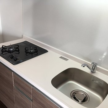 キッチンは白で清潔感◎(※写真は13階の同間取り別部屋のものです)