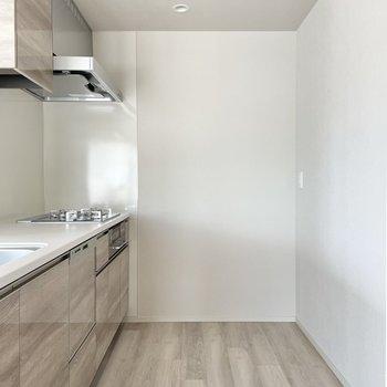 フロアとお揃いの木目キッチン。家電は背面に置きましょう。