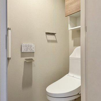 トイレは温水洗浄便座&収納付き。