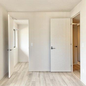 お次は7帖の洋室。ここは夫婦の寝室にしたいな。左扉の先はなんだ?