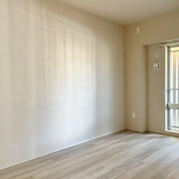 窓の眺望は共用部。カーテンを付けると窓を開けやすいかな。