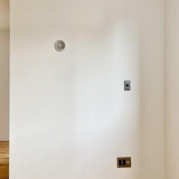 左の壁にはコンセントやスイッチ類があって便利なポジションです。