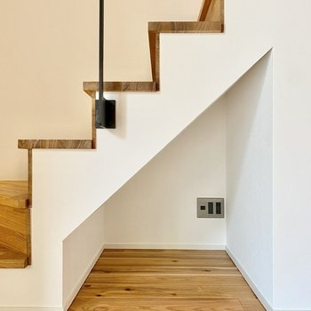 階段下は小さな収納スペースにも。
