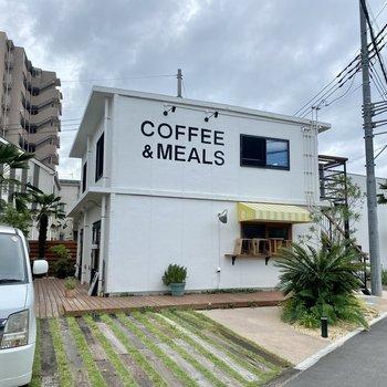 奥にはカフェもありました。