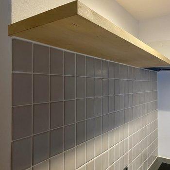 上部の棚と、うっすらグレーのタイルも特徴。