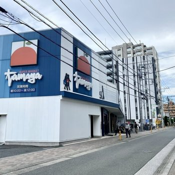 駅からの道中には大きなスーパーと。