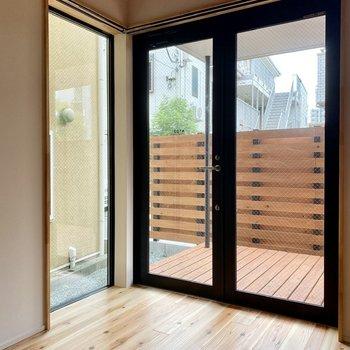 玄関はガラス張り2面採光。