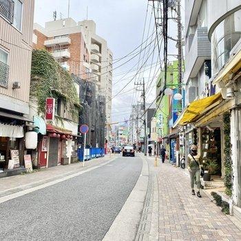 他にも色んなお店のある通りでした。