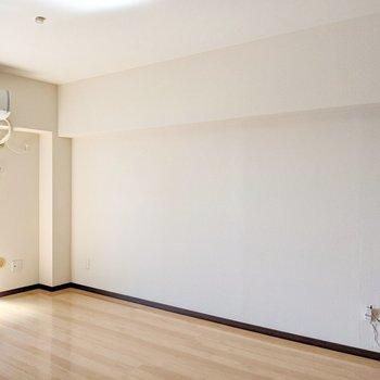 反対側の壁にもコンセントがたくさん。ベッドは壁につけて置くのがおすすめです。