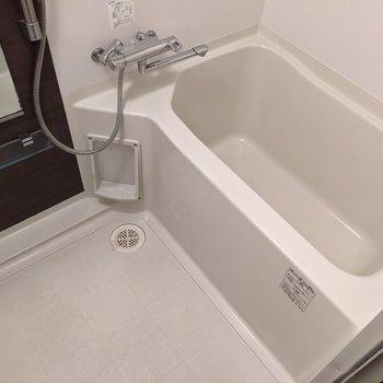 お風呂はサーモ水栓で温度調節簡単です!
