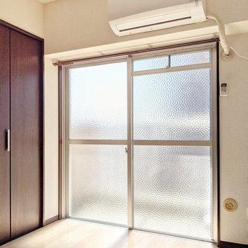 既存のすりガラス窓で柔らかく光を通して視線をカット。エアコンは2021年製のものです!