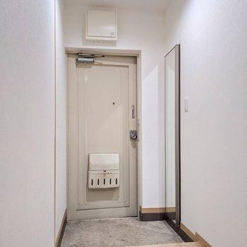 玄関もゆったり。シューズボックスの扉は姿見になっています。