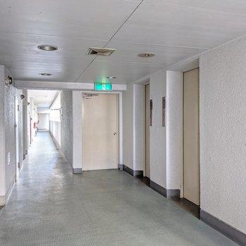 共用廊下は少しレトロですが、エレベータは2基。