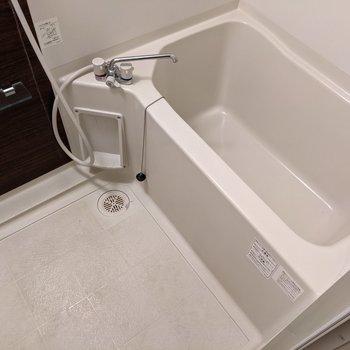 お風呂はシンプル。でもきれいで使いやすそう。