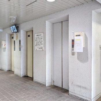 1階にある手前のエレベータはお部屋の階まで行きません。防犯カメラがついています。