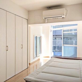 ベッドもサービス設置品。セミダブルサイズです。