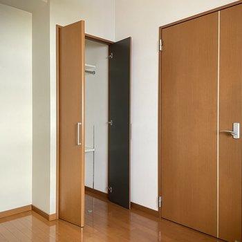 1階:収納ありの洋室。廊下側に独立しています