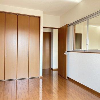 2階:吹き抜けが見える5.4帖の洋室