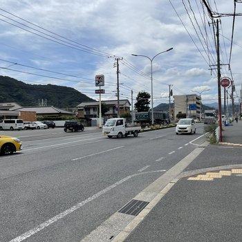 近くの大通り沿いには天神まで行く高速バスも停まります!