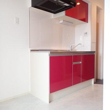 赤いキッチン、鮮やかです。