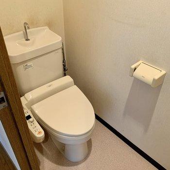 トイレは個室タイプ。上部に棚があります。