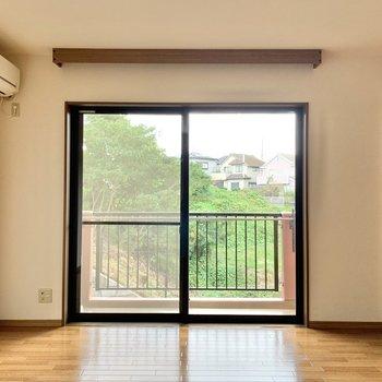 【洋室1】窓は南東向き。晴れた日は暖かな日差しがよく入りそう。
