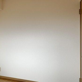 【洋室2】セミダブルベッドが置けるかな。