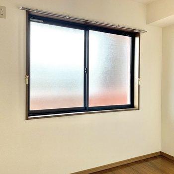 【洋室2】窓の外は共用部ですが、型板ガラスなので目線は気になりません。