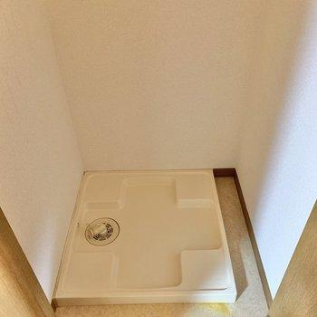 洗濯機置き場は廊下に。扉で隠せます。