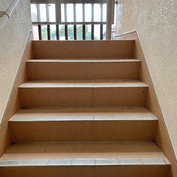 お部屋までは階段です。大きな荷物の際は幅のご確認を。