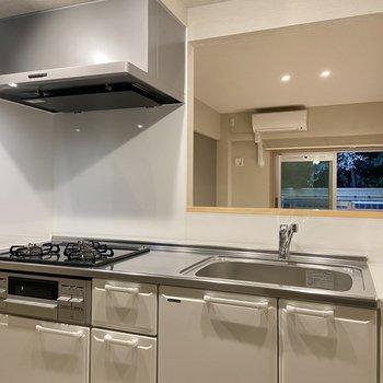 キッチンは大きな3口コンロです。