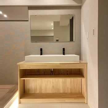 洗面台は小上がり横に。起きてすぐ顔を洗えます。