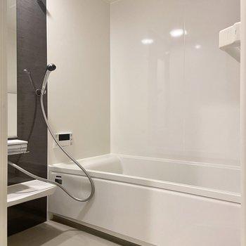 お風呂は広々、ゆっくりできます。
