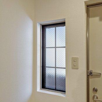 玄関の隣にはこんな窓も。ちょっとした出窓になっています。