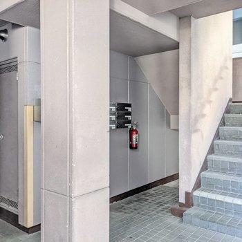 建物の奥に階段があります。