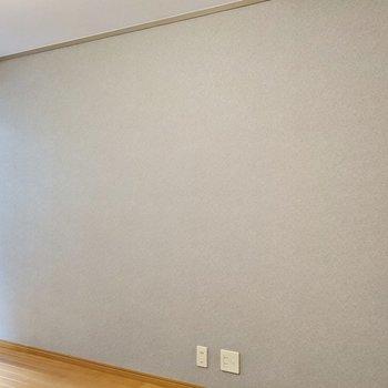 壁一面にはグレーのクロス。