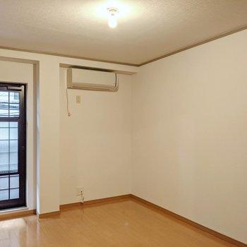 ということで隣の洋室へ。こちらにエアコンがついています。