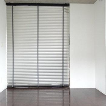 仕切りはドアではなくブラインド。程よく風も通してくれます。(※写真は6階の同間取り別部屋のものです)