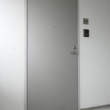 玄関扉も抜け目なく素敵です。