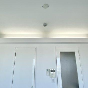 見上げると、頭上に間接照明が!