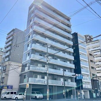 大通り沿いの、角にあるマンション。