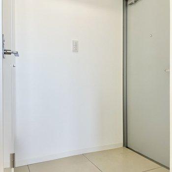 玄関のたたきはかがんで脱ぎ履きできる広さです。