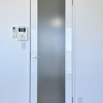 ドアが磨りガラスっぽい半透明なのも、開放感の後押しに。