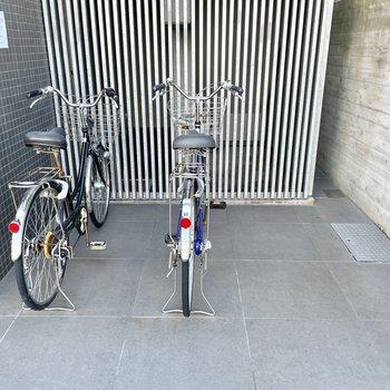 【共用部】自転車はマンションの入り口のすぐそばに。